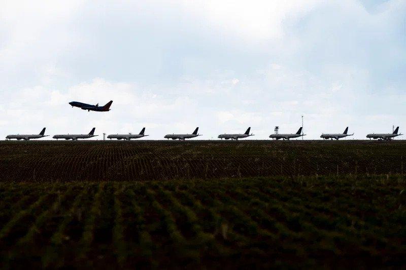 aviões estacionados num aeroporto